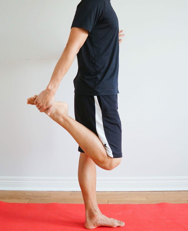 quadriceps stretch in standing
